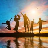 Lycklig familj av sex medlemmar Royaltyfri Foto