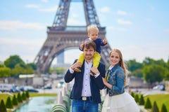 Lycklig familj av tre i Paris Arkivfoto