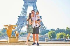 Lycklig familj av tre som tycker om deras semester i Paris Arkivbilder