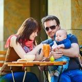 Lycklig familj av tre tillsammans Arkivfoto