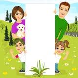 Lycklig familj bak en vit tom affischtavla som vilar i natur vektor illustrationer