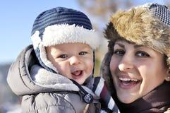 lycklig familj Barnet fostrar i en vinter parkerar med hennes sötsak behandla som ett barn Arkivbild