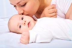 lycklig familj behandla som ett barn moderbarn behandla som ett barn momen Fotografering för Bildbyråer