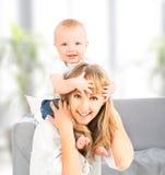 Lycklig familj. behandla som ett barn sitter grensle skuldrorna av modern Royaltyfri Foto