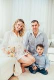 lycklig familj En gravid kvinna Par arkivfoton