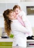 lycklig familj En ung moder och behandla som ett barn Arkivbild