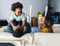 Lycklig familj för afrikansk nedstigning fotografering för bildbyråer