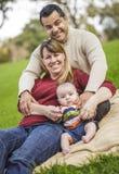 Lycklig familj för blandad Race som poserar för en stående Royaltyfri Bild