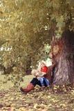 Lycklig familj för livsstil i höst, moder och barn Royaltyfri Fotografi