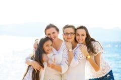 Lycklig familj för tre utveckling på en sommarkustsemester royaltyfri fotografi