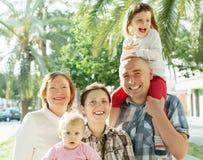 Lycklig familj för tre utvecklingar i sommar Royaltyfri Fotografi