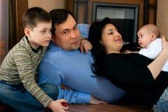 Lycklig familj - fader, moder, syster, broder Arkivfoton