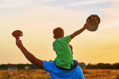 lycklig familj fader som leker utomhus sonen Fotografering för Bildbyråer