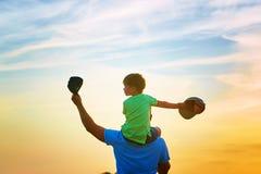 lycklig familj fader som leker utomhus sonen royaltyfri fotografi