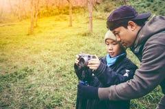 lycklig familj Fader som undervisar hans son som utomhus in fotograferar Royaltyfri Foto