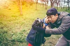 lycklig familj Fader som undervisar hans son som utomhus in fotograferar Arkivfoto