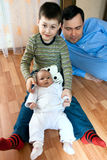 Lycklig familj - fader, syster, broder Fotografering för Bildbyråer