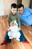 Lycklig familj - fader, syster, broder Royaltyfria Foton