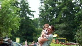 Lycklig familj, farsa och dotter Fadern kramar flickan och skrattar glatt helg för fader för cykelbarnfamilj Förälskelse för fade arkivfilmer