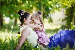 lycklig familj Fostra och dotterblicken på de, leende, Arkivfoto