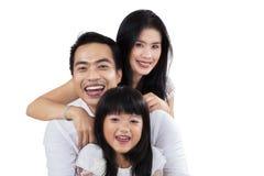 Lycklig familj för samhörighetskänsla i studio Arkivbilder