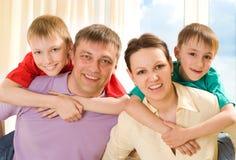 Lycklig familj fyra Arkivbilder