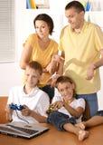 lycklig familj fyra Arkivfoto