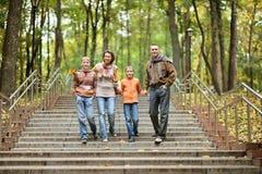 lycklig familj fyra Arkivbild