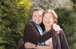 Lycklig familj Granddoughter och Granny arkivfoto