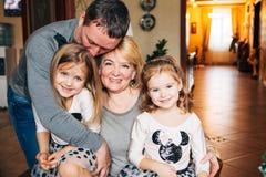 Lycklig familj, höga vuxen människabarn, morföräldrar Arkivfoton