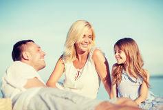 lycklig familj ha picknicken Royaltyfri Foto