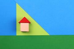 Lycklig familj, hem, försäkring, fastighet som investerar begrepp Arkivfoto