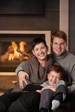Lycklig familj hemma Arkivfoton