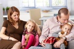 Lycklig familj hemma arkivbild