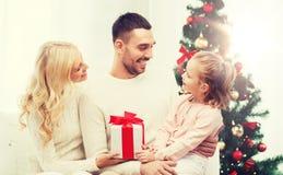 Lycklig familj hemma med julträdet Royaltyfri Bild