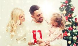 Lycklig familj hemma med julträdet Royaltyfri Foto