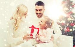 Lycklig familj hemma med julträdet Royaltyfria Bilder