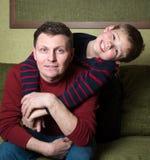 Lycklig familj. Hemmastadda fader och son. Royaltyfria Bilder