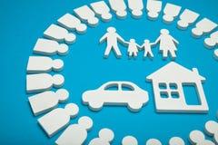 Lycklig familj, hus och bil Begrepp arkivbild