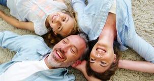 Lycklig familj, i att ligga på filten i vardagsrum lager videofilmer