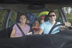 Lycklig familj i bil Fotografering för Bildbyråer