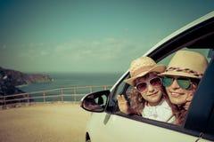Lycklig familj i bilen Royaltyfri Bild