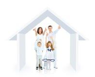 Lycklig familj i deras egna hem Arkivfoto