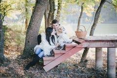 Lycklig familj i en höstskog Arkivbilder