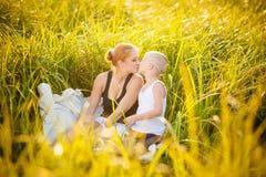 Lycklig familj i en park royaltyfria foton
