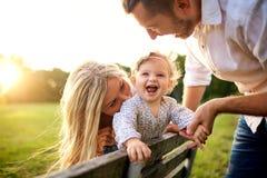 Lycklig familj i en parkera i sommarhöst fotografering för bildbyråer