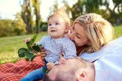Lycklig familj i en parkera i sommarhöst royaltyfria foton