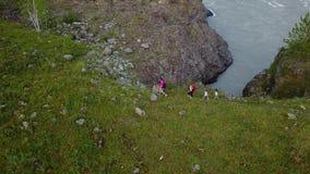 _ Lycklig familj i en vandring föräldrar med unga barn promenerar en bergbana vid floden Altai Siberia arkivfilmer