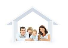 Lycklig familj i ett hus Arkivfoton