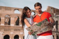 Lycklig familj i Europa Romantiska par i Rome ?ver Coliseumbakgrund royaltyfri foto